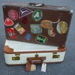 Fina resväskor med hotellmärken och adresslappar intakta